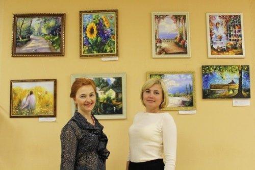 Лето, море и цветы: в офисе ВУЗ-банка открылась новая выставка картин - «Пресс-релизы»