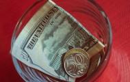 Курс доллара на бирже продолжает расти - «Финансы»
