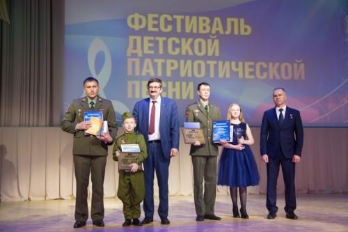 Президент Автоградбанка Павел Сигал вручил подарки детям - «Автоградбанк»
